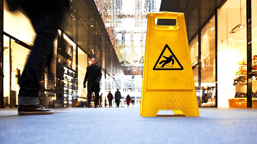 Jak dostać odszkodowanie za potknięcie na chodniku w miejscu publicznym