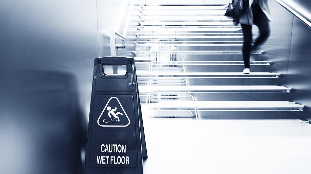 Jak dostać odszkodowanie za upadek ze schodów w miejscu publicznym w Anglii